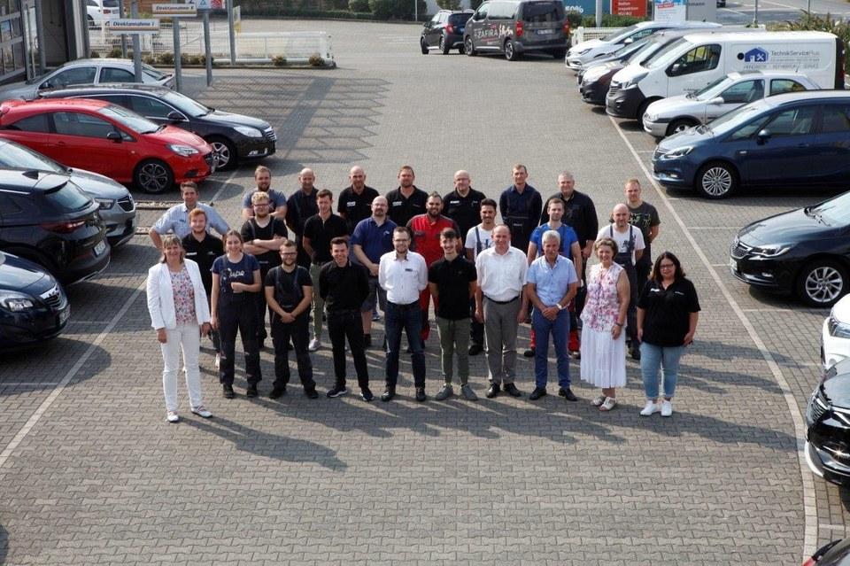 Ein Teil der Mitarbeiter vom Altmann Autoland