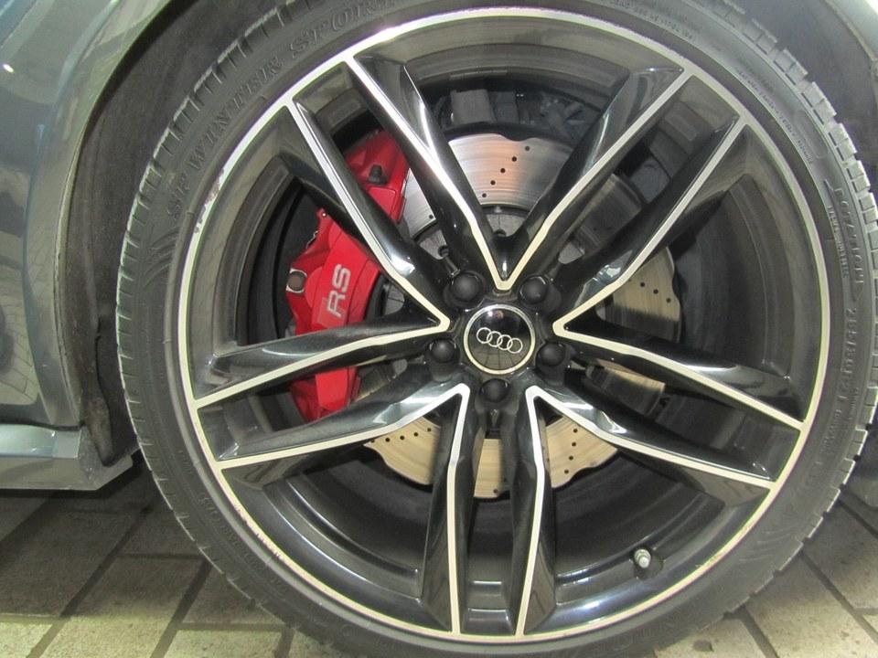 Audi RS6 mit Randsteinbeschädigung