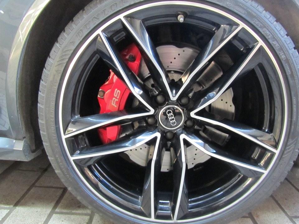 Audi RS6 nach der Beseitigung der Randsteinbeschädigung